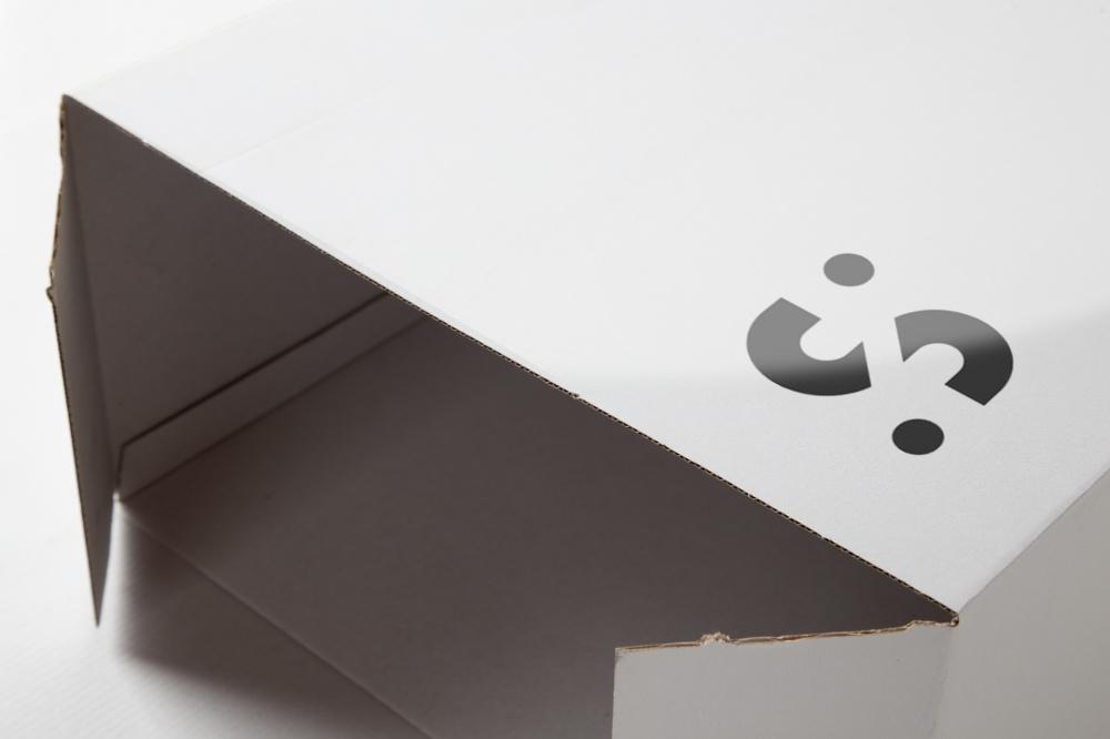 particolare di scatola da confezione in microonda patinata e personalizzata